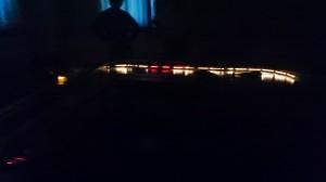 室内灯が煌々と光る